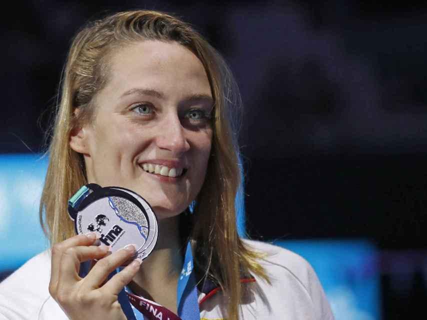 Mireia Belmonte con la plata mundial ganada en los 400 estilos.