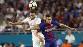 Nacho disputa un balón con Denis Suárez.