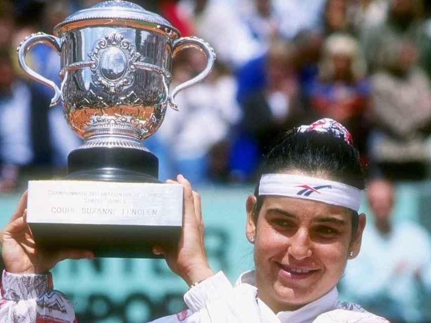 Arantxa Sánchez Vicario con uno de sus títulos de Roland Garros.