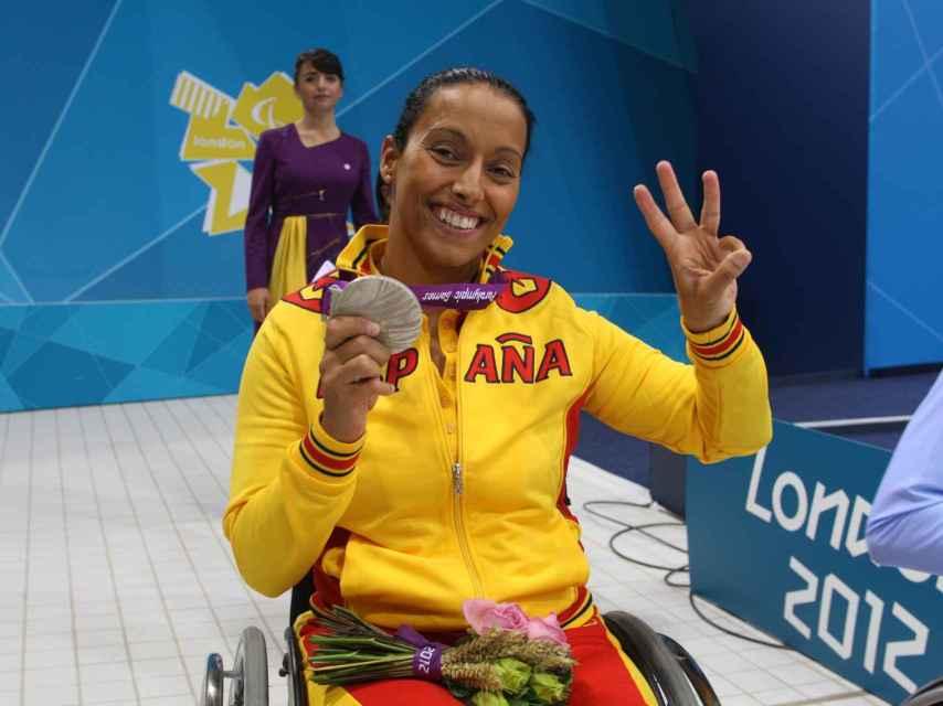 Teresa Perales tras ganar una de sus medallas en Londres 2012.