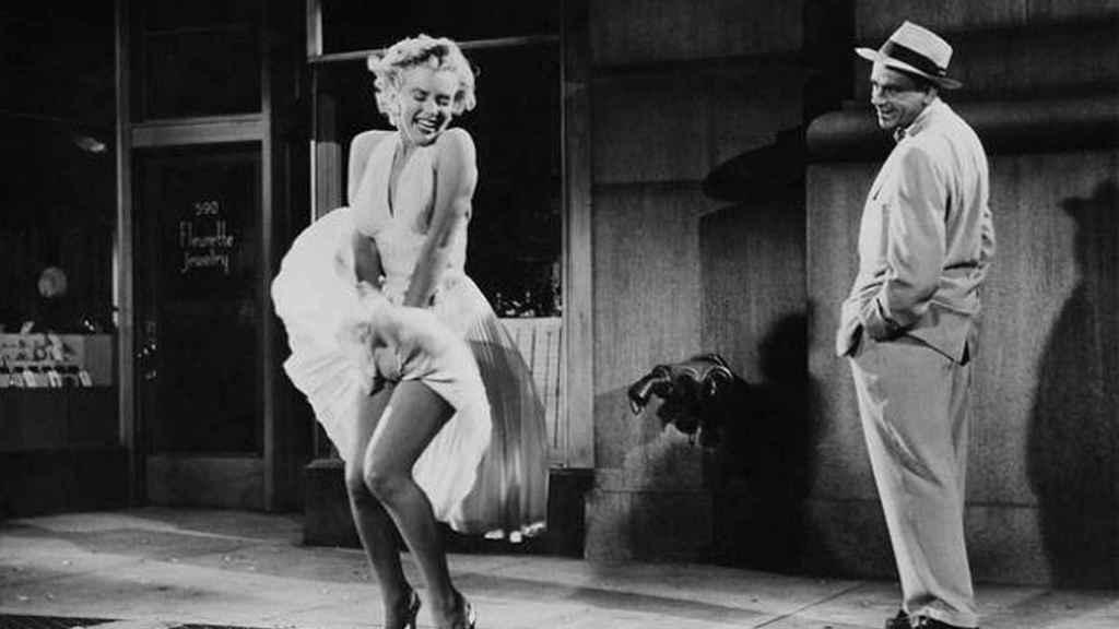 Escena de la película La tentación vive arriba (1955).