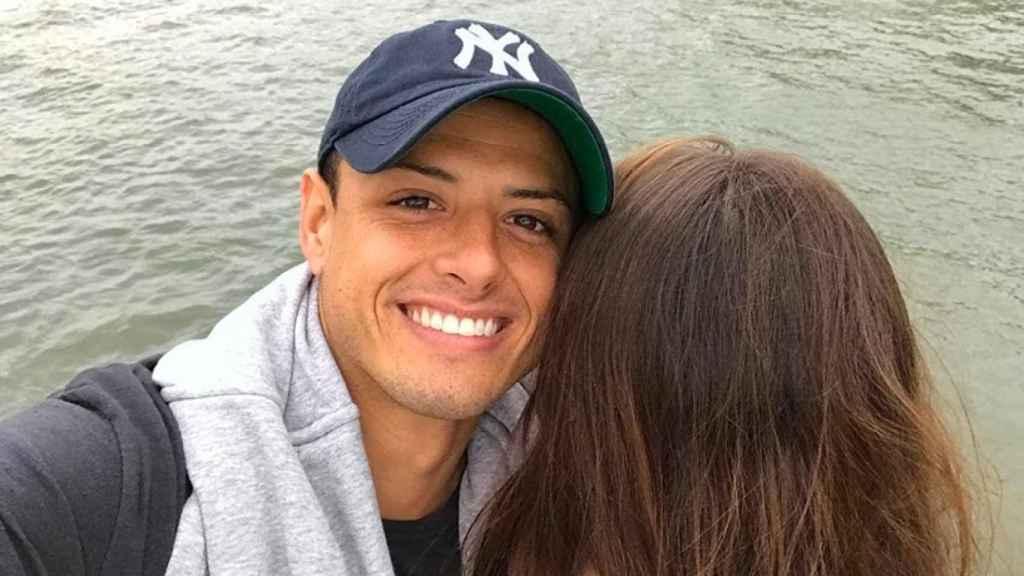 Chicharito presume de nueva novia. Foto: Instagram (@CH14).