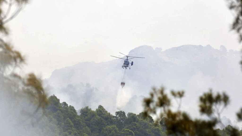 Uno de los helicópteros que está participando en las labores de extinción del fuego.