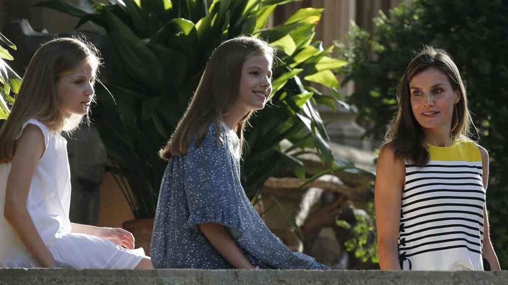 Letizia junto a sus dos hijas, en las escaleras de Marivent.