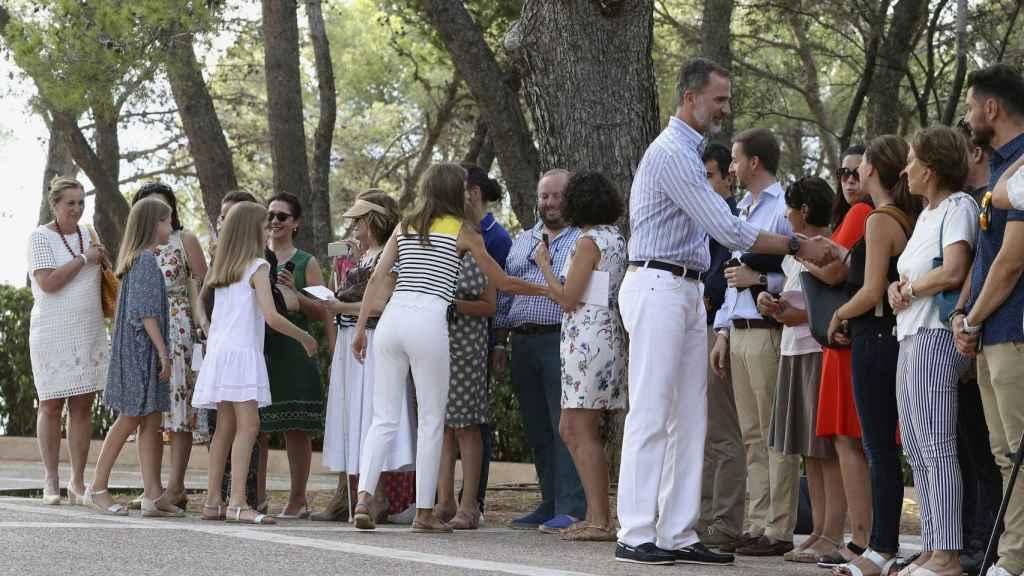 La Familia Real ha saludado a los periodistas congregados en los jardines.