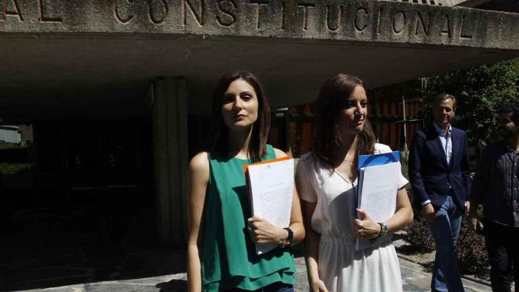 Lorena Roldán y Andrea Levy a las puertas del Tribunal Constitucional.