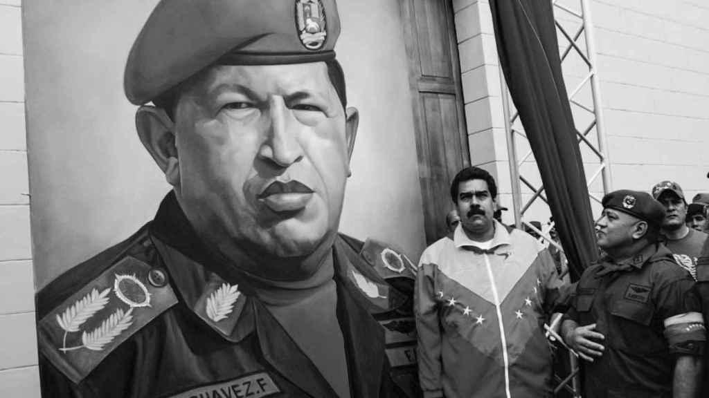 Nicolás Maduro ante un mural de Hugo Chávez