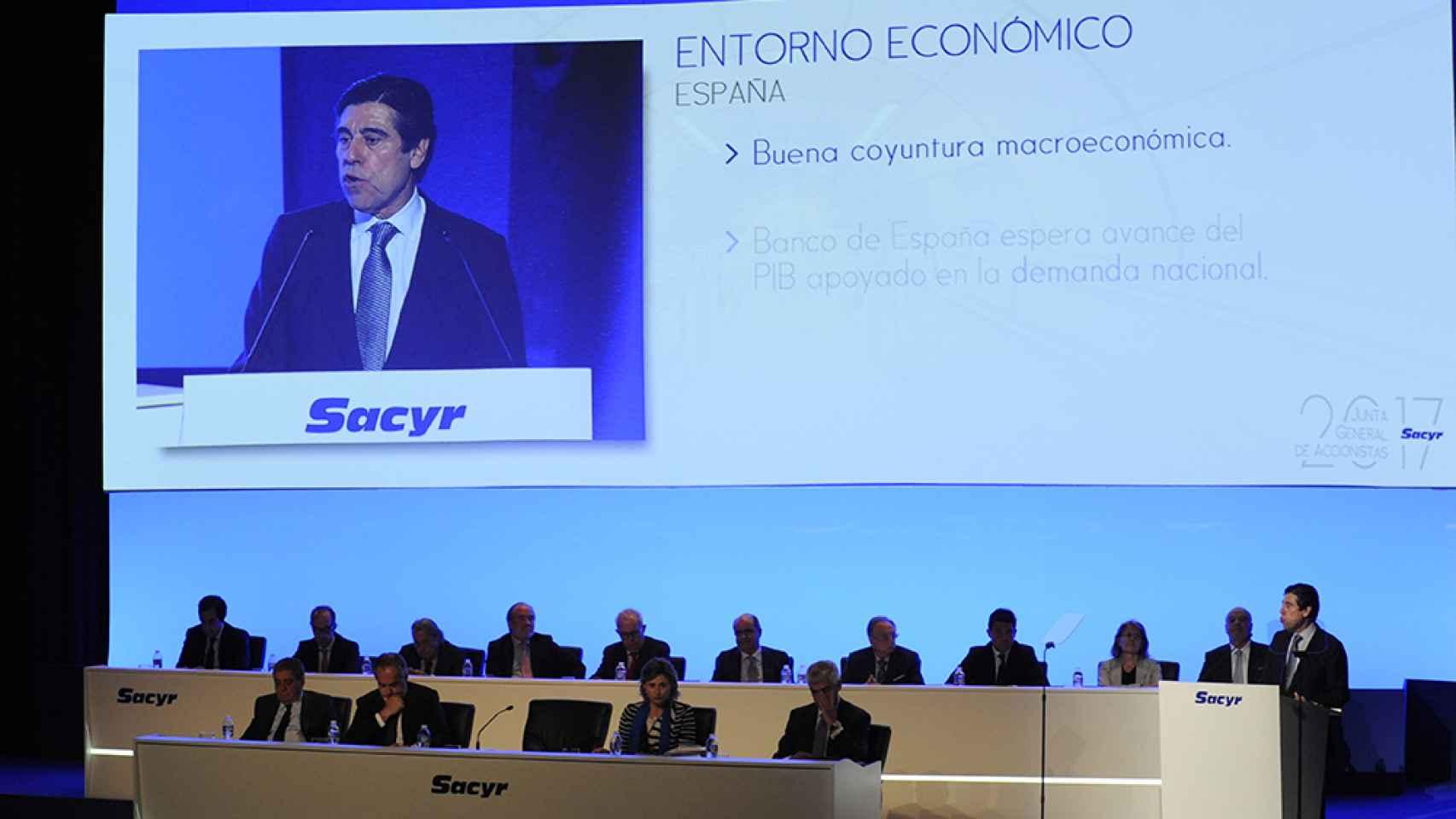 El presidente de Sacyr, Manuel Manrique, interviene en la última junta de accionistas.