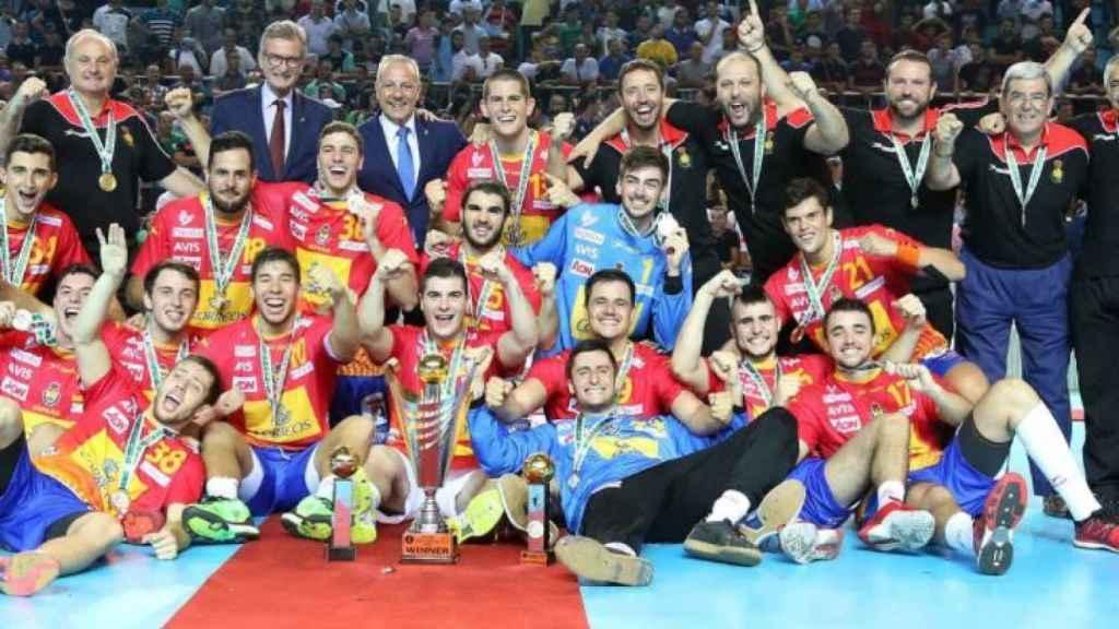 Los Hispanos júnior celebran el oro en el Mundial.