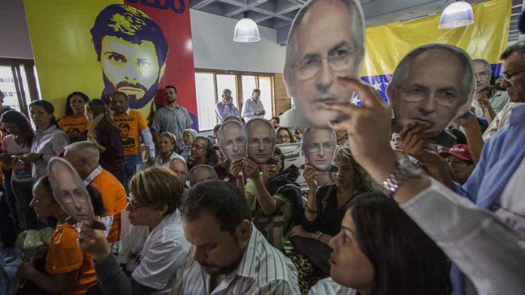 Opositores protestas con las caretas de Antonio Ledezma.