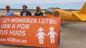 El autobús 2.0: HOBus, la avioneta de HazteOir que sobrevolará las playas