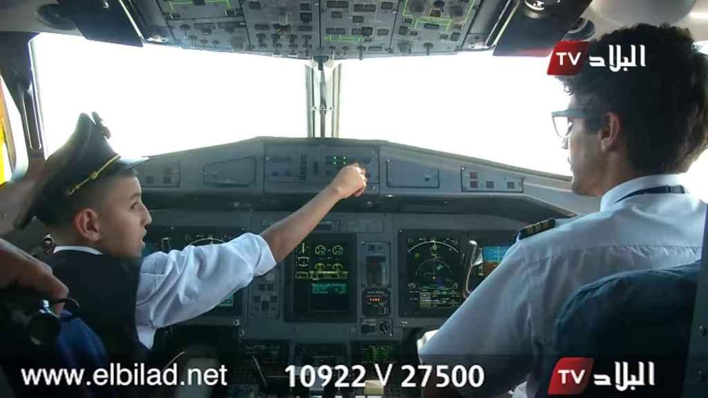 El niño pilotando el avión en mitad del vuelo.