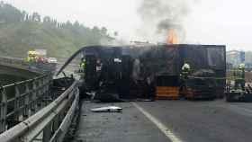Camión incendiado en la autovía A-8, después de sufrir un accidente.