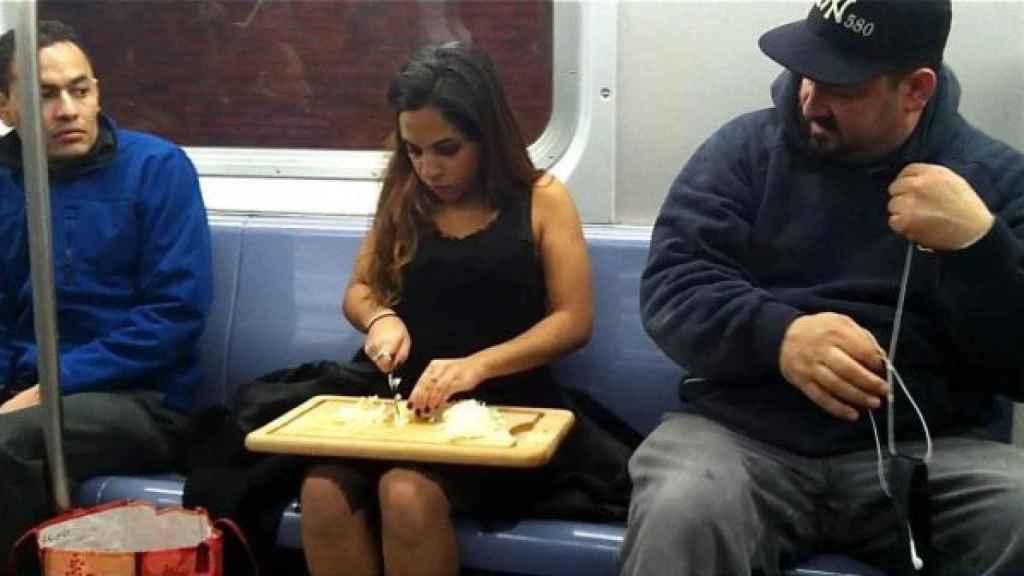 Adelantando la cena en el metro