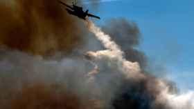 Un avión trabaja para apagar un incendio en Sao Miguel do Outeiro (Portugal)
