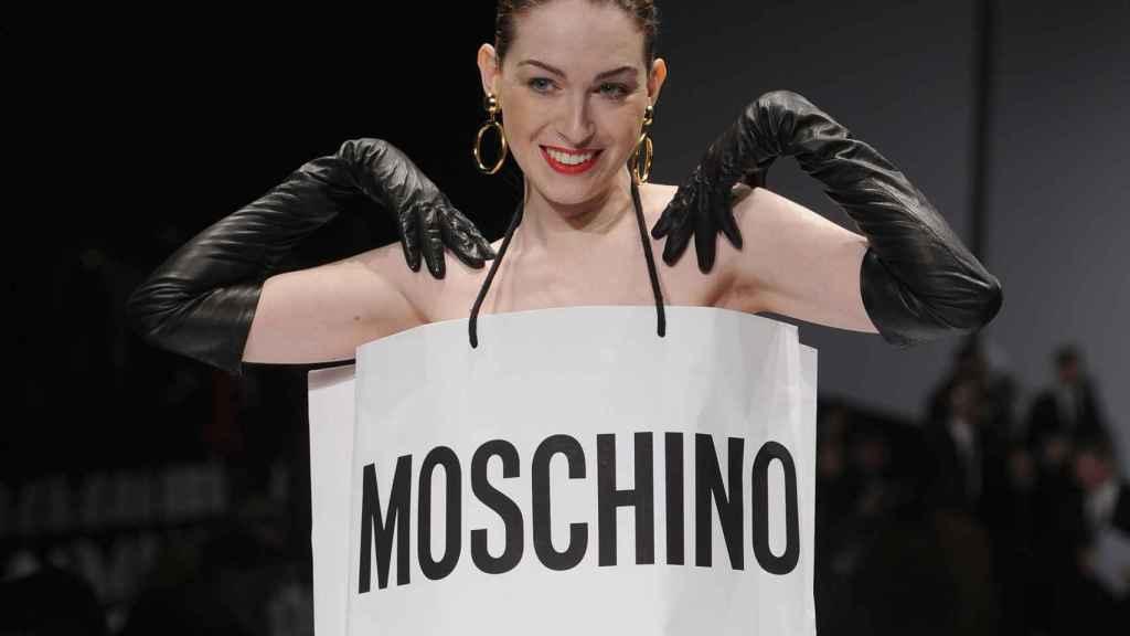 Una modelo en el desfile de Moschino 2014 con un vestido que imita su bolsa de papel. | Foto: Getty Images.