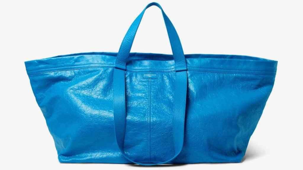 La versión de la bolsa de IKEA por Balenciaga. | Foto: Balenciaga.