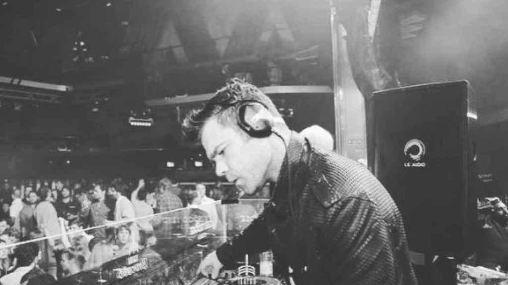 Fonsi ejerciendo de DJ.