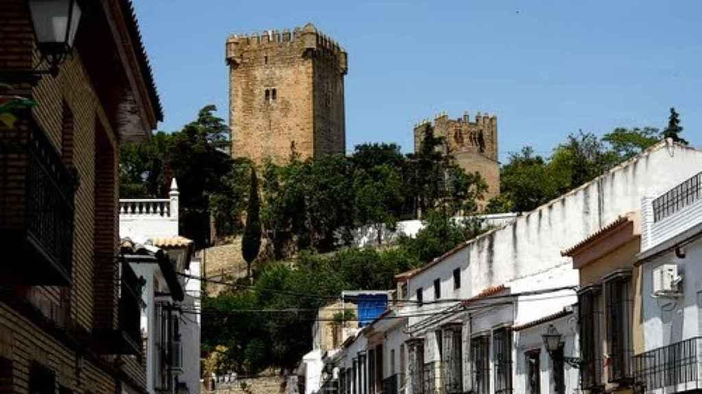El castillo de Montemayor visto desde una de las calles del pueblo cordobés.