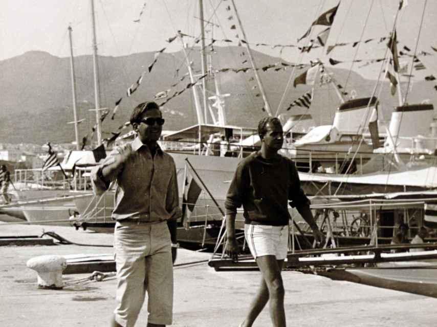 El rey Juan Carlos (dcha.) junto a su cuñado, Constantino de Grecia, en unas vacaciones.