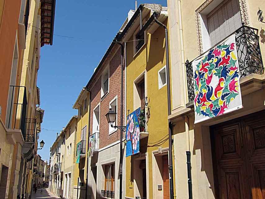 Calle del pueblo adornada con los lienzos.
