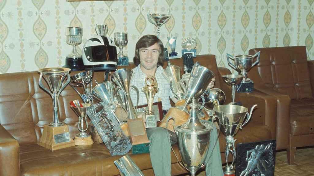 Ángel Nieto rodeado de trofeos durante un acto público