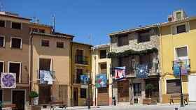 Plaza de Biar adornada con los lienzos.