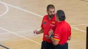 Jenaro Díaz conversa con Sergio Scariolo en un entrenamiento de la selección.