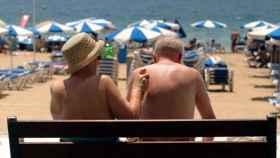 Una pareja de turistas se echa crema en Benidorm, en una imagen de archivo.