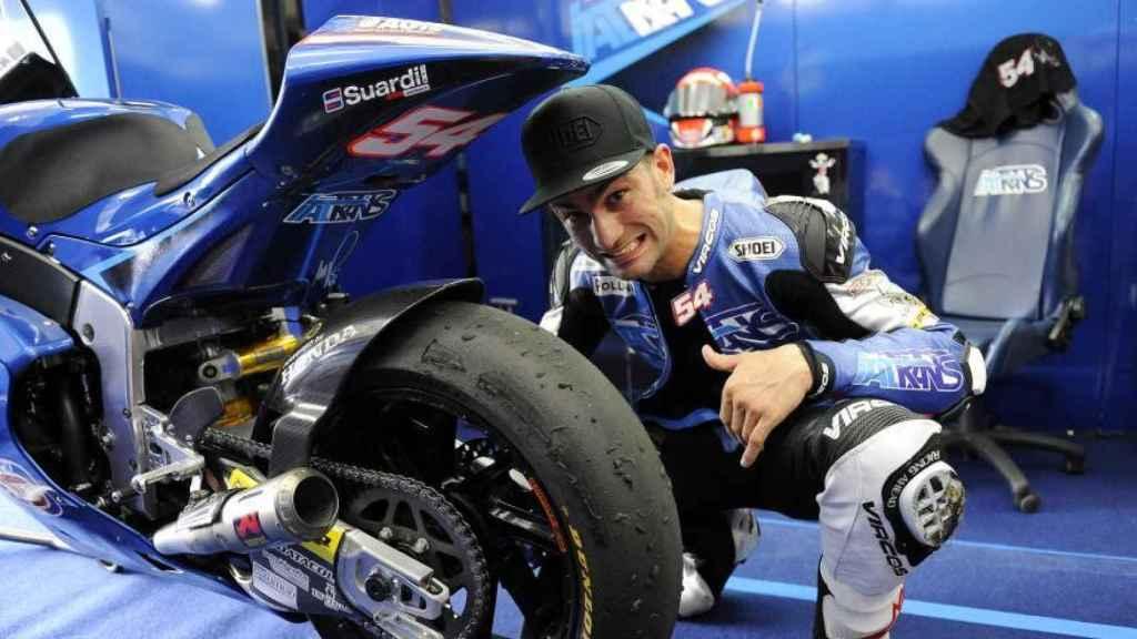 Mattia Pasini muestra el estado de su neumático trasero tras una carrera de esta temporada.