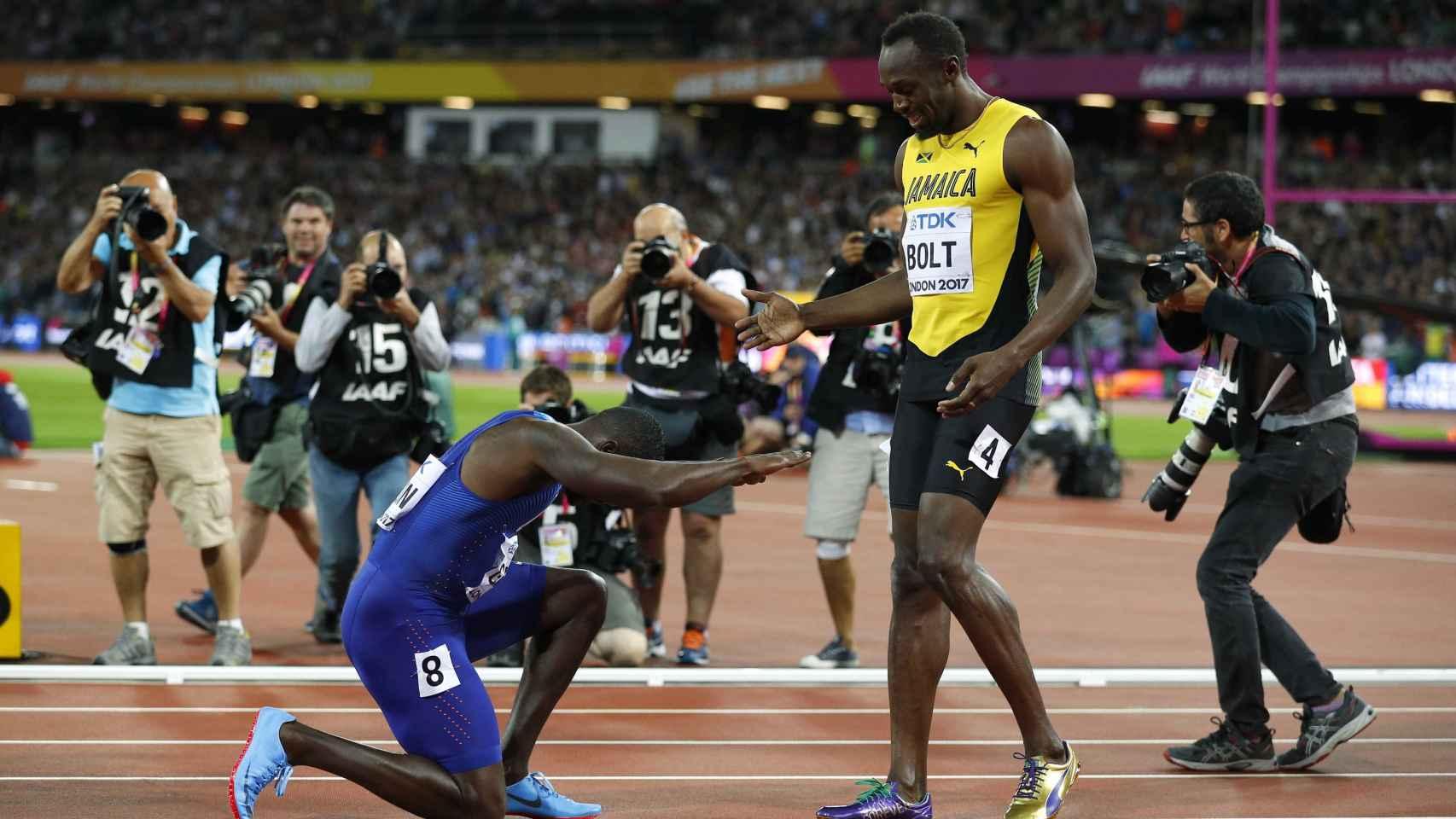 Gatlin hace una reverencia a Bolt tras la final de los 100 metros.