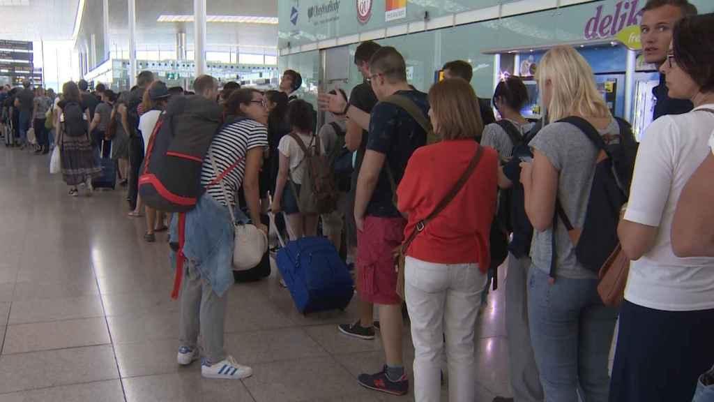 Las colas de pasajeros que se registran estos días en el aeropuerto del Prat.