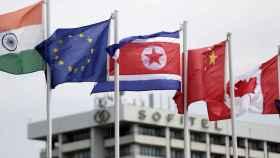 Una bandera coreana ondea en la sede de la Asociación de Naciones del Sudeste Asiático