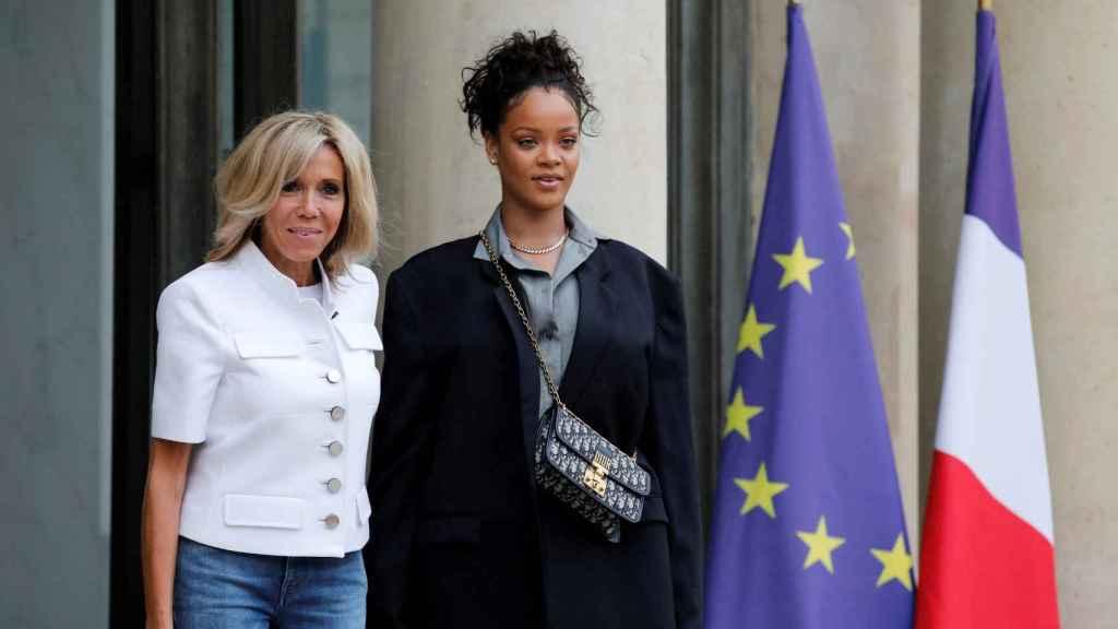 Brigitte Macron junto a la cantante Rihanna en una recepción en el Elíseo