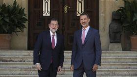 El Rey Felipe VI y  Mariano Rajoy en la entrada del Palacio de Marivent.