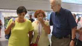 Dos de las heridas acompañadas de Jordi Folgado, director de la Fundación Vicente Ferrer.