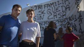 Samantha y Domingo ante la casa que construyeron y que una orden judicial obliga a su derribo