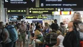 Varias personas esperan en el aeropuerto internacional de Funchal.
