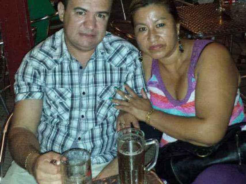 Marisela, de 48 años, junto a su marido y asesino durante una cena