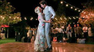 Los vestidos bordados en colores son una opción para bodas estivales.