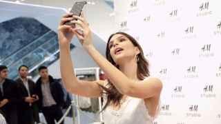 "La modelo Emily Ratajkowski haciéndose un ""selfie"" en un evento de H&M. | Foto: Getty Images."