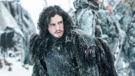 Jon Snow con la capa de la Guardia de la Noche en una escena de la serie.   Foto: Juego de Tronos, (2011).