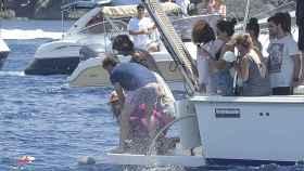 Familiares de Ángel Nieto depositando sus cenizas en el mar.
