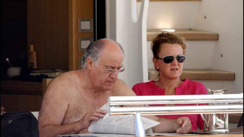 Amancio Ortega, con su mujer Flora, durante unas vacaciones.