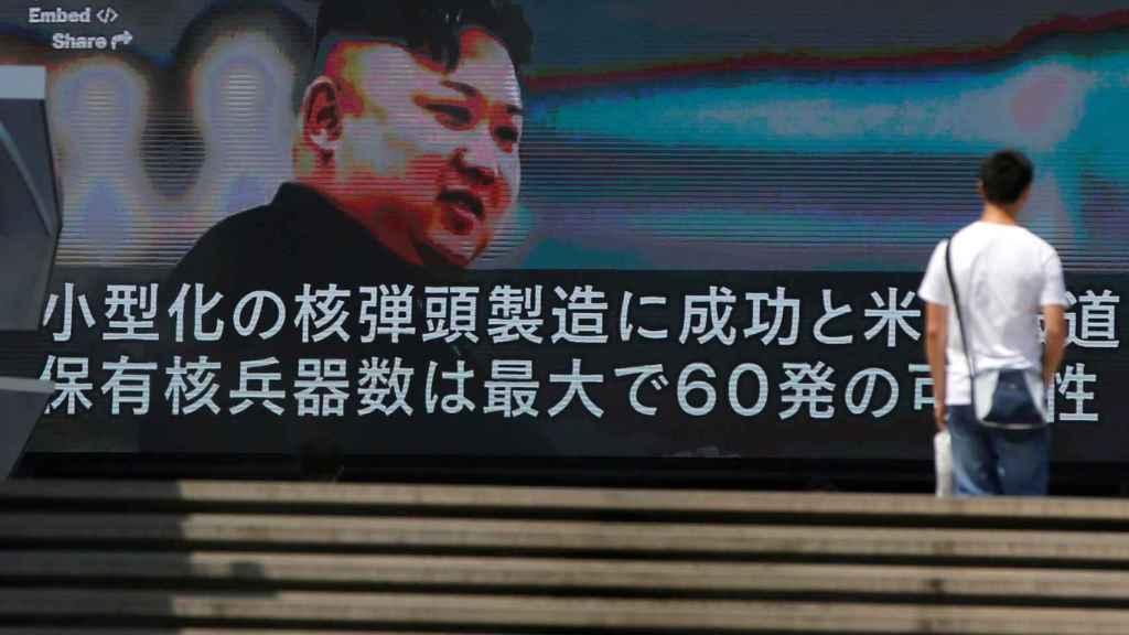 Una televisión muestra la noticia de las amenazas nucleares de Kim Jong-un