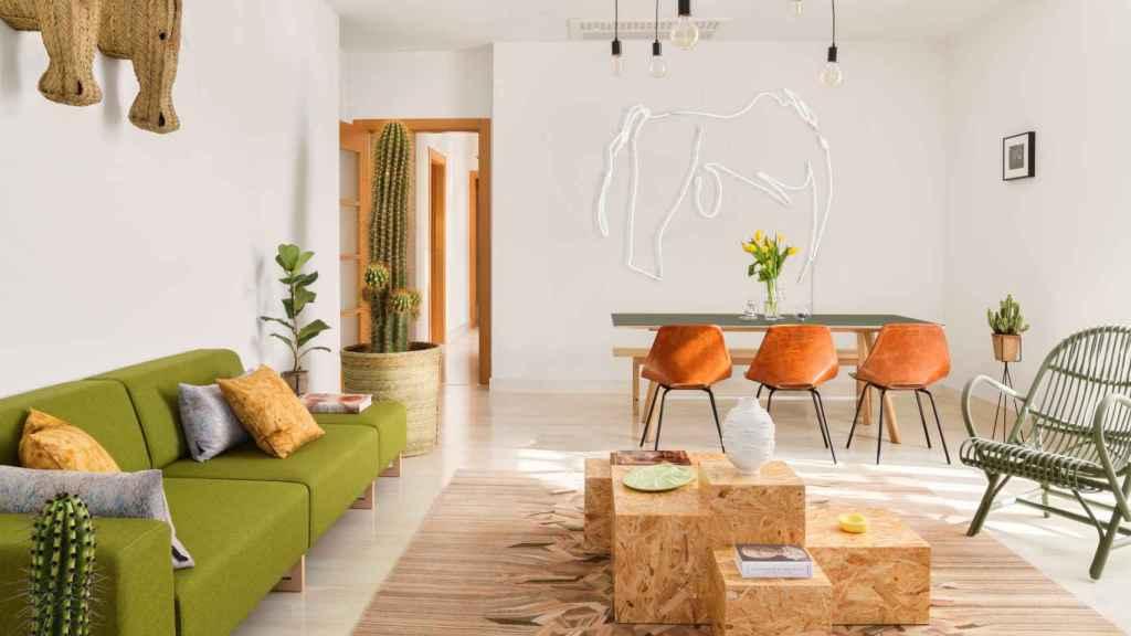 Halcyon Days es el primer proyecto decorativo de Ana Locking en Málaga. Con el blanco como base, la triada cromática llega de la mano del verde y los anaranjados.   Foto: Ana Locking.