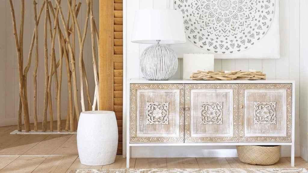 La propuesta de Maisons du Monde es darlo todo al blanco y combinarlo con elementos naturales, como la madera. | Foto: Maisons du Monde