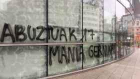 Pintadas en la sede de la Agencia Vasca del Turismo (Basquetour) en Bilbao.