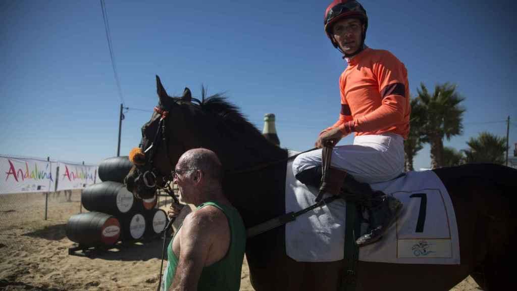 Momentos previos a la salida a la playa de los jockeys y sus caballos. Foto Fernando Ruso