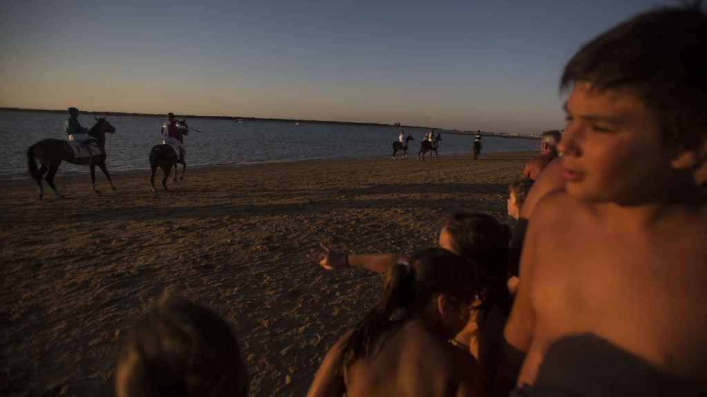 El sol cae justo en el momento en el que caballos y jockeys se dirigen a la salida para comenzar la última carrera. Foto Fernando Ruso